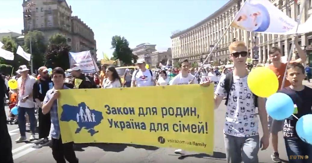 """8 червня відбулась Всеукраїнська хода на захист прав дітей та сімей """"Сім'я – серце України"""""""